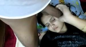 مراهقة 18 سنة مع حبيبها على السرير تمص وتلحس بيوضة وتفنس
